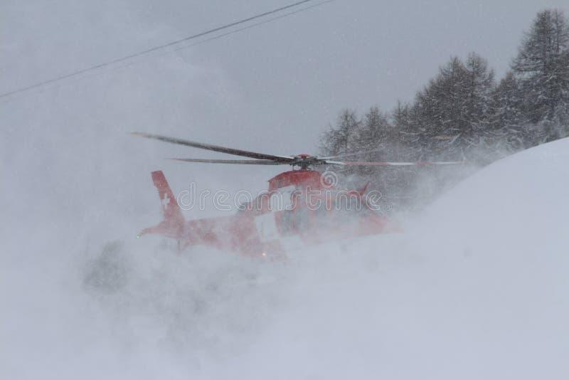 Aterrissagem do helicóptero da cruz vermelha fotografia de stock