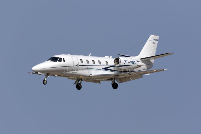 Aterrissagem do jato do negócio de Cessna imagem de stock royalty free