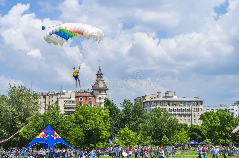 Aterrissagem do paraquedista na cidade imagens de stock royalty free