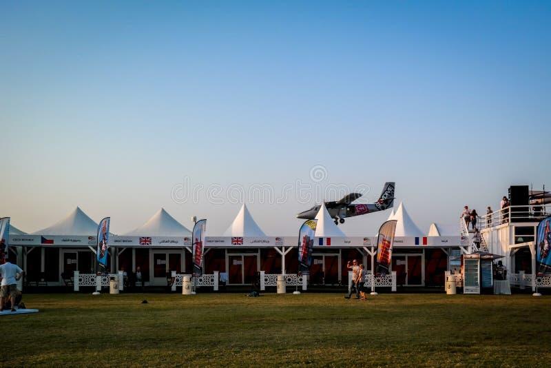 Aterrissagem do plano de Dubai Marina SkyDive após ter deixado cair parachuters imagem de stock
