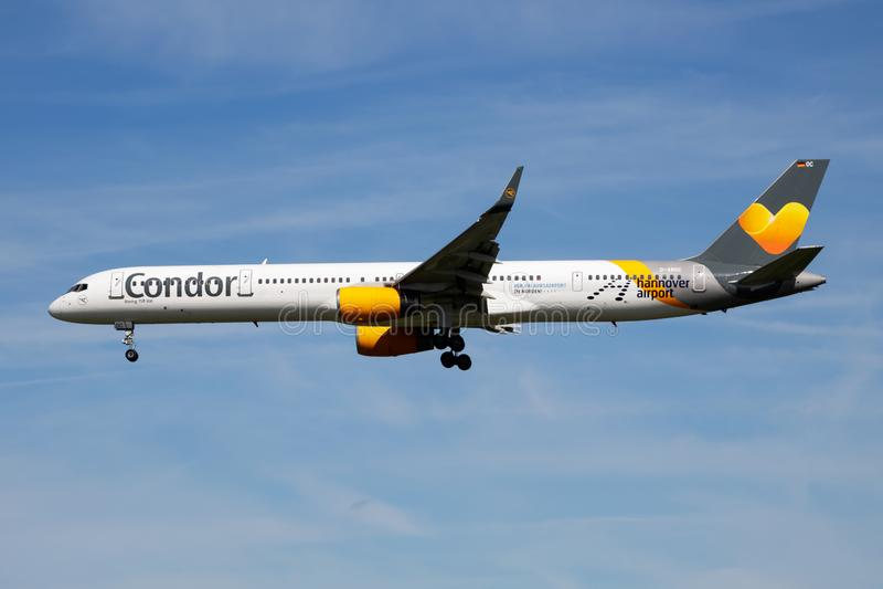 Aterrissagem especial do avião comercial de Boeing 757-300 D-ABOC da etiqueta das linhas aéreas do condor no aeroporto de Hamburg foto de stock