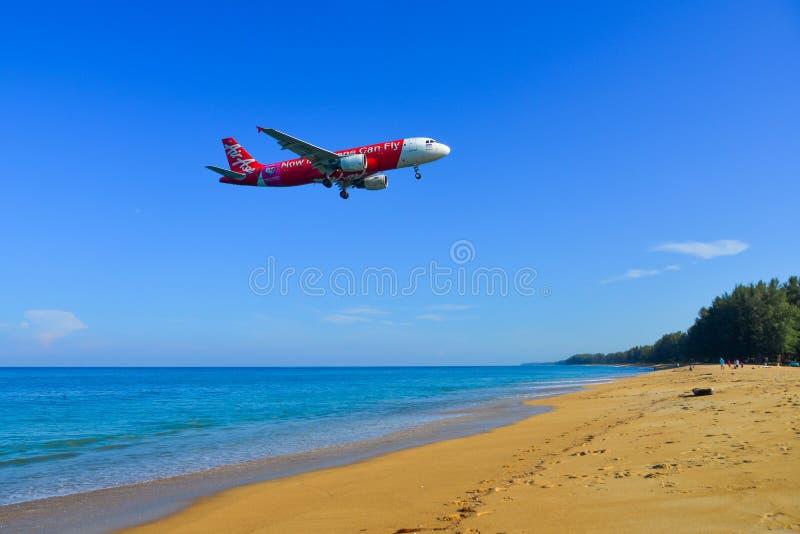 Aterrissagem no aeroporto de Phuket, Tailândia imagens de stock