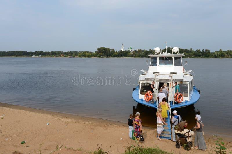Aterrissagem no barco de rio no Rio Volga em Yaroslavl imagens de stock