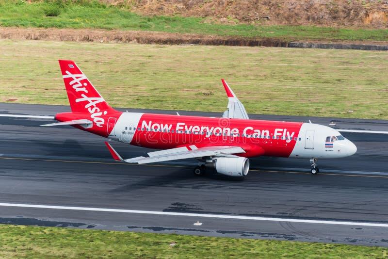 Aterrissagem plana das vias aéreas de Air Asia na manhã foto de stock