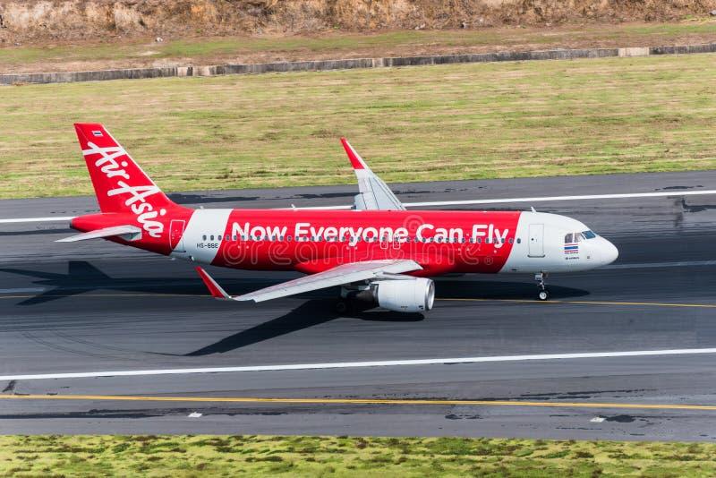 Aterrissagem plana das vias aéreas de Air Asia na manhã imagens de stock royalty free