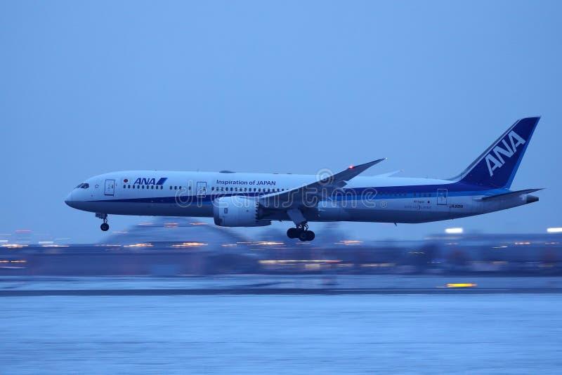 Aterrissagem plana de Ana All Nippon Airways na neve foto de stock royalty free