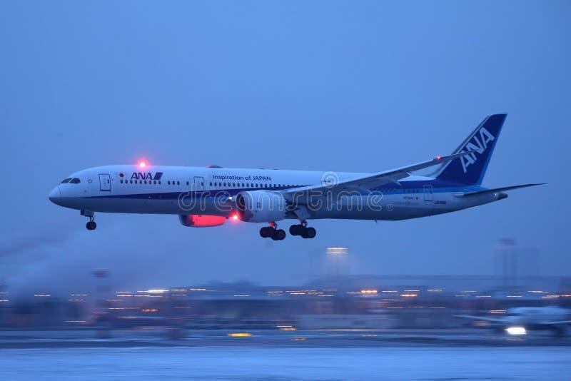 Aterrissagem plana na neve, opinião de Ana All Nippon Airways da noite fotografia de stock royalty free