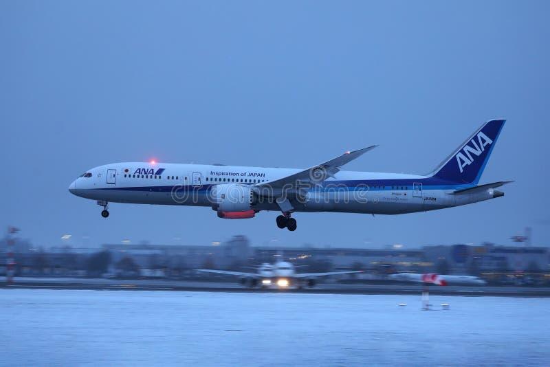 Aterrissagem plana na neve, opinião de Ana All Nippon Airways da noite fotos de stock royalty free