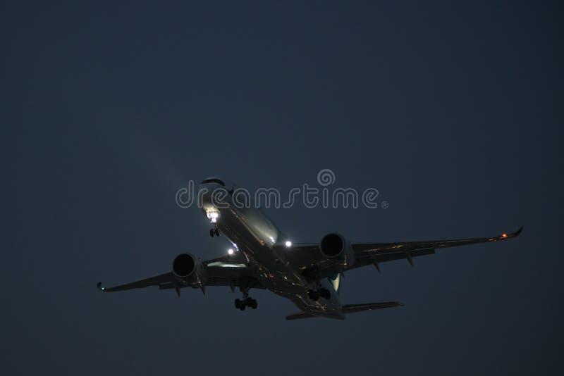 Aterrissagem plana no anoitecer imagens de stock royalty free