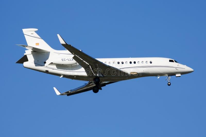 Aterrissagem plana privada do jato do negócio do falcão 7X EC-LLV de Dassault no aeroporto de Barajas do Madri foto de stock royalty free