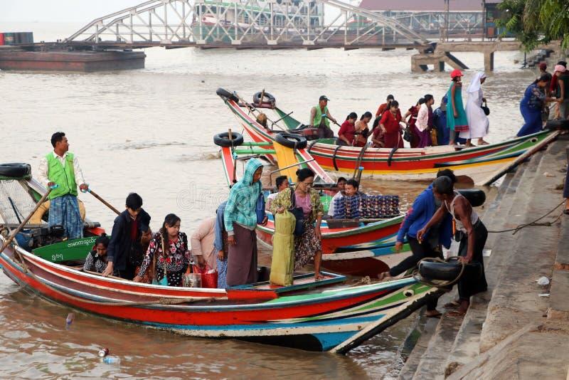 Aterrissagem tradicional da balsa de Myanmar e passageiro da emiss?o atrav?s do rio de Yangon na manh? fotos de stock