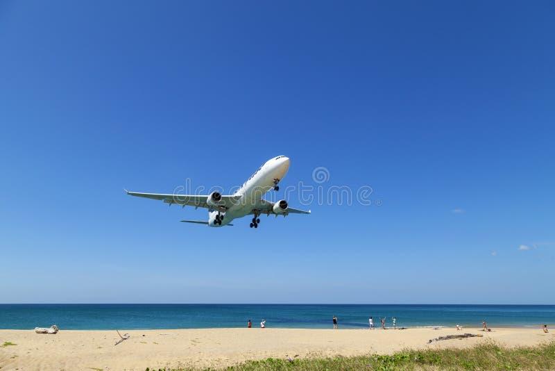 Aterrizaje de aeroplano comercial sobre el mar y el cielo azul claro sobre fondo de la naturaleza del paisaje, viaje de negocios  fotos de archivo libres de regalías