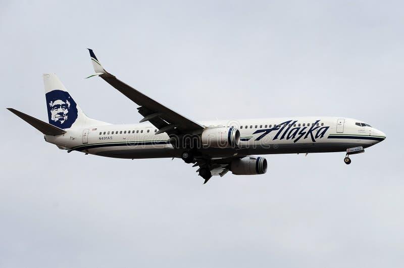 Aterrizaje de aeroplano de Alaska Airlines en el aeropuerto del puerto del cielo imagen de archivo