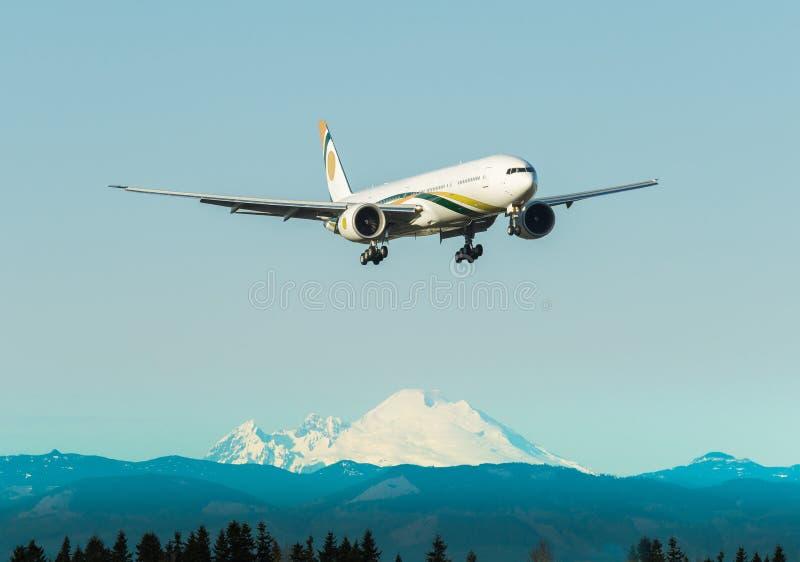 Aterrizaje de aeroplano en el aeropuerto fotografía de archivo