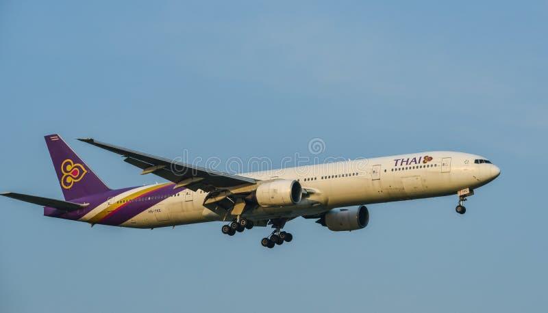 Aterrizaje de aeroplano en el aeropuerto de Bangkok fotos de archivo