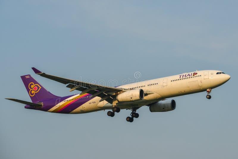 Aterrizaje de aeroplano en el aeropuerto de Bangkok fotografía de archivo libre de regalías