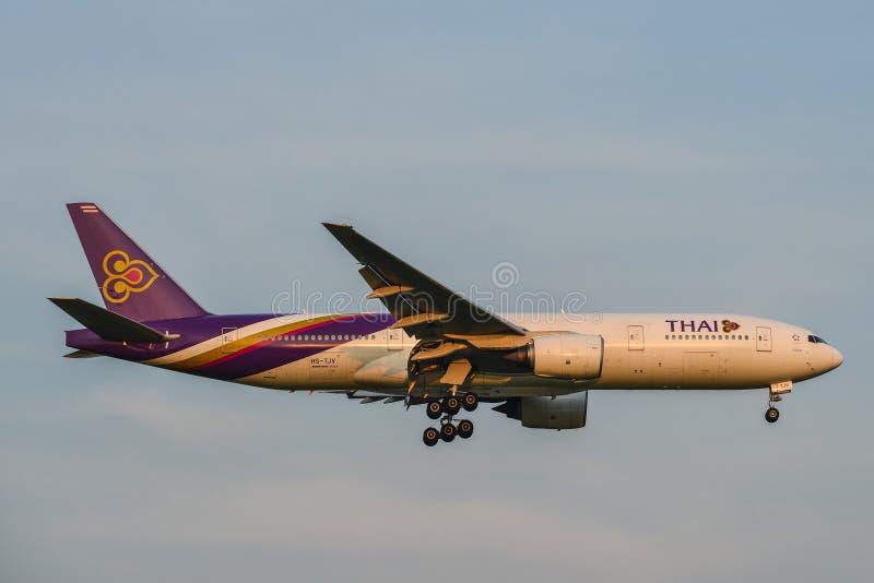 Aterrizaje de aeroplano en el aeropuerto de Bangkok foto de archivo libre de regalías