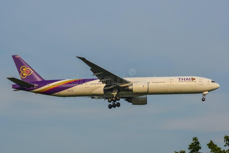 Aterrizaje de aeroplano en el aeropuerto de Bangkok imágenes de archivo libres de regalías