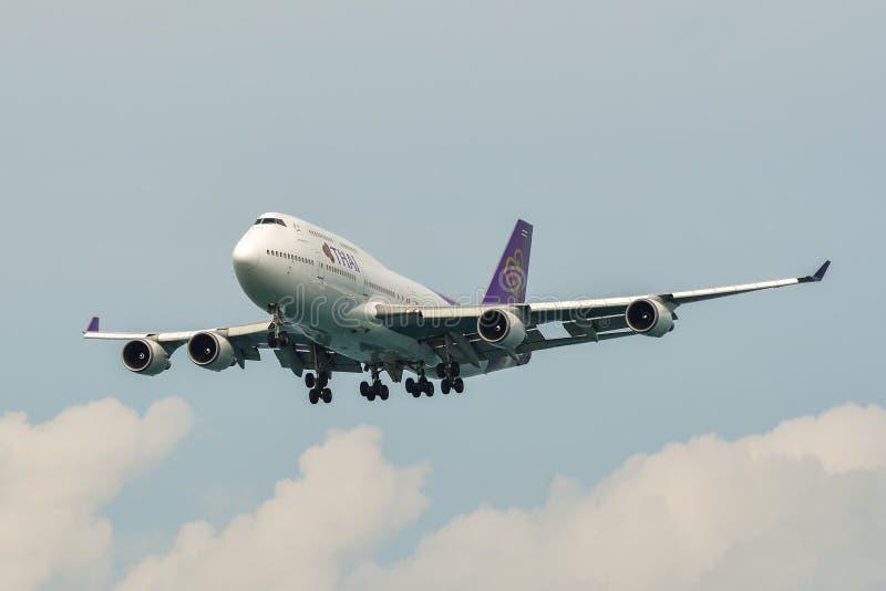 Aterrizaje de aeroplano en el aeropuerto de Phuket imagen de archivo