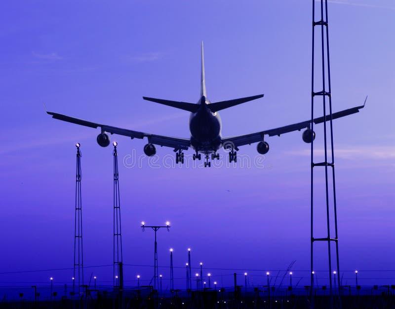 Aterrizaje de aeroplano en la oscuridad fotos de archivo