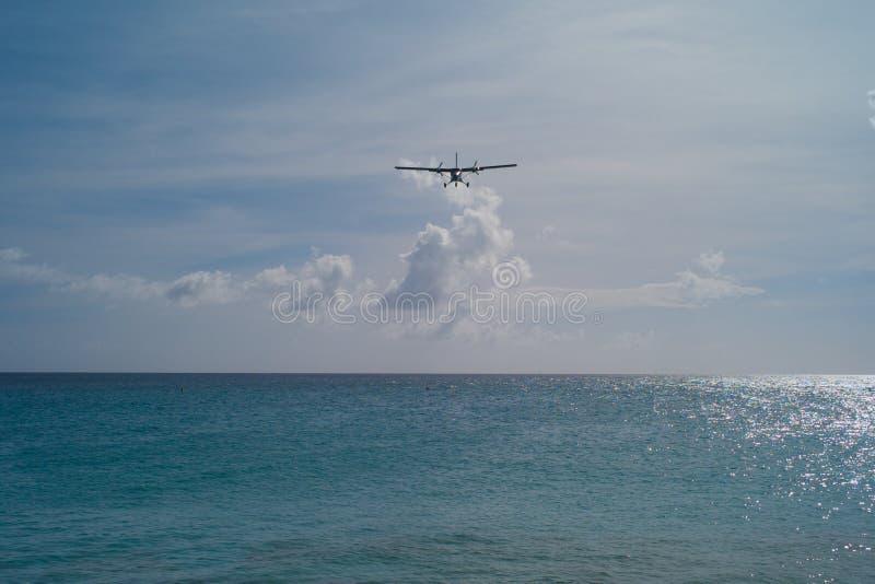 Aterrizaje de aeroplano en Sint Maarten imagen de archivo