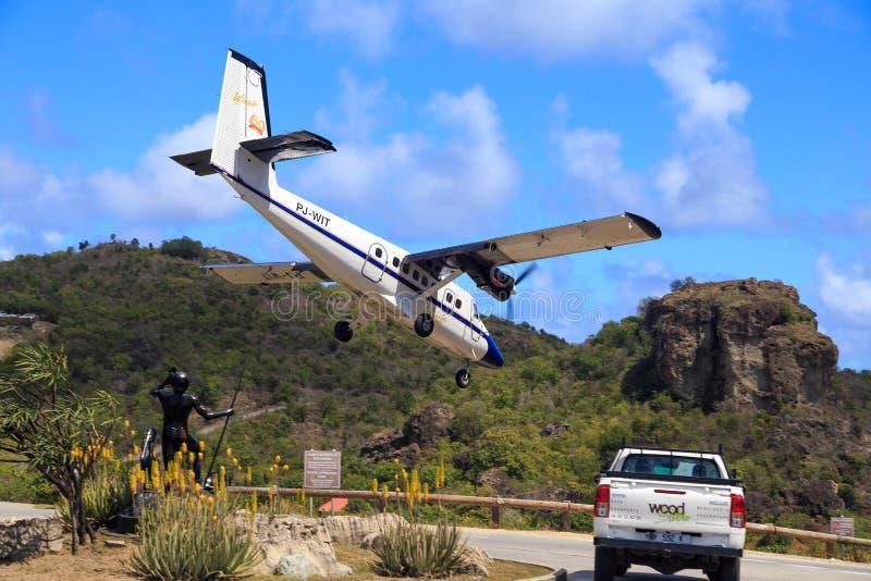 Aterrizaje de aeroplano en St Barth imágenes de archivo libres de regalías