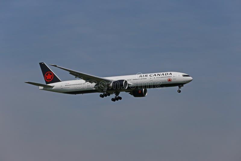 Aterrizaje de Air Canada Boeing 777-300 imagen de archivo libre de regalías
