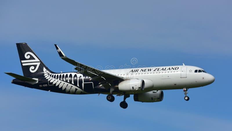 Aterrizaje de Air New Zealand Airbus A320 en el aeropuerto internacional de Auckland imagen de archivo