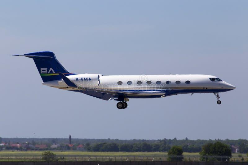Aterrizaje de aviones aeroespacial de M-GAGA Gulfstream G-VI Gulfstream G650 en la pista imagen de archivo