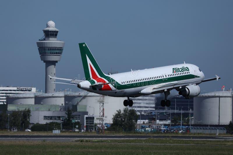 Aterrizaje de aviones de Alitalia en el aeropuerto de Schiphol, AMS Amsterdam Países Bajos fotografía de archivo
