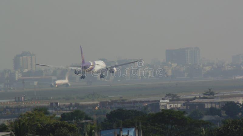 Aterrizaje de aviones en el aeropuerto de Dacca foto de archivo libre de regalías