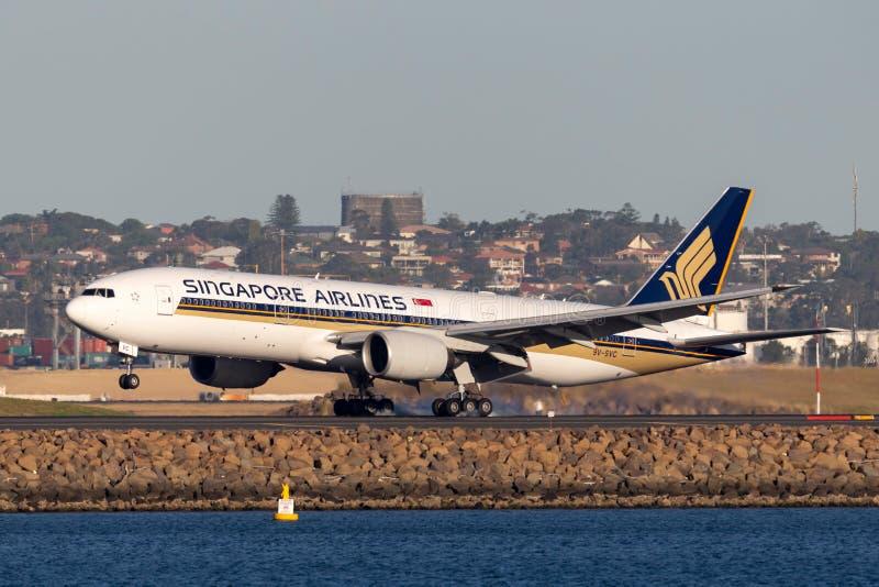 Aterrizaje de aviones de Singapore Airlines Boeing 777 en Sydney Airport fotos de archivo libres de regalías