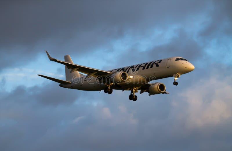 Aterrizaje de Finnair Embraer ERJ-190 fotos de archivo