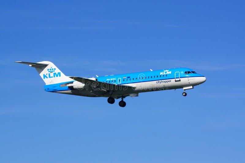 Aterrizaje de Fokker 70 de KLM imágenes de archivo libres de regalías