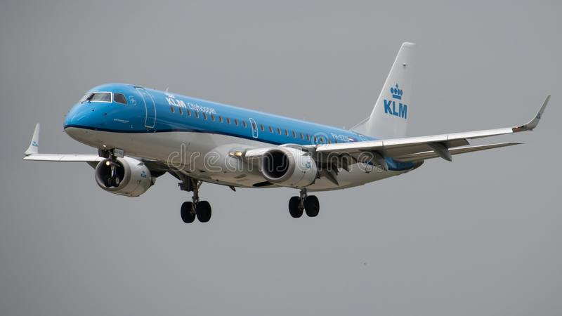 Aterrizaje de KLM Embraer ERJ-190 fotos de archivo libres de regalías
