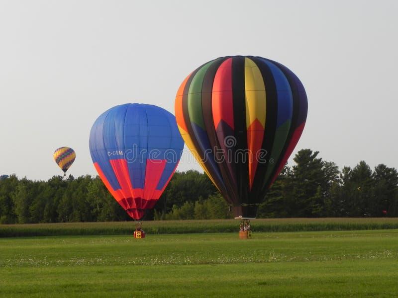 Aterrizaje de los globos de aire caliente imagen de archivo