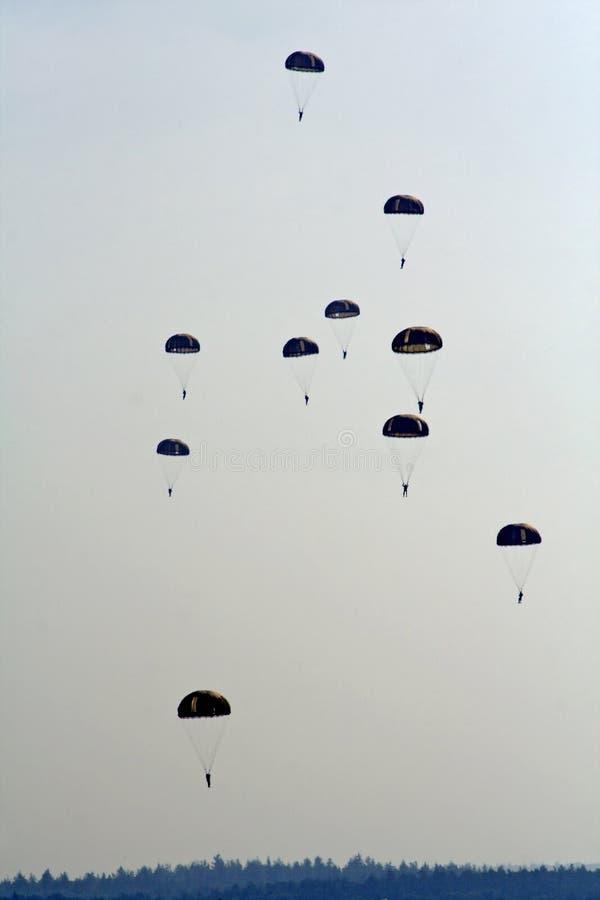 Aterrizaje de los Skydivers fotos de archivo libres de regalías