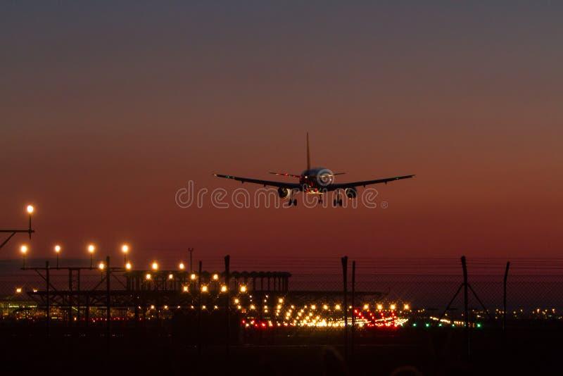 Aterrizaje de noche imagenes de archivo