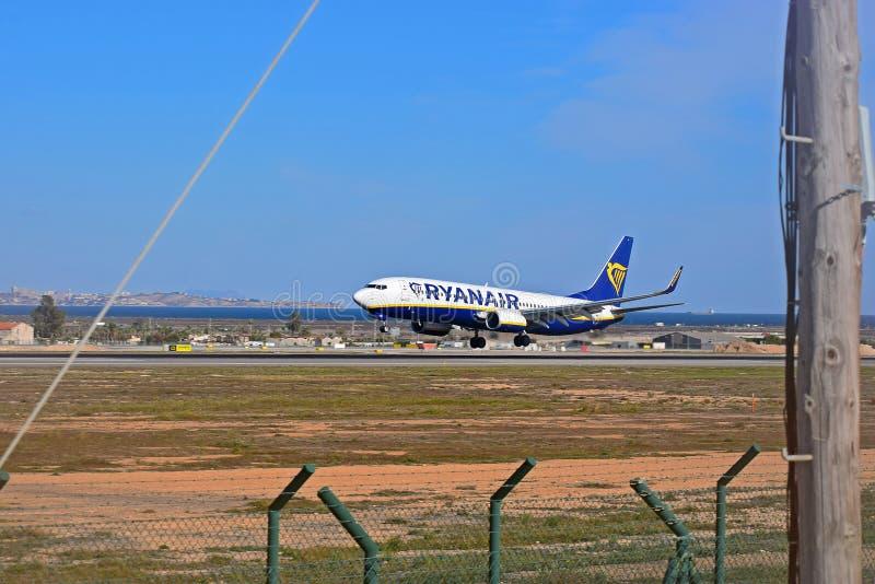 Aterrizaje de Ryanair en Alicante imagen de archivo