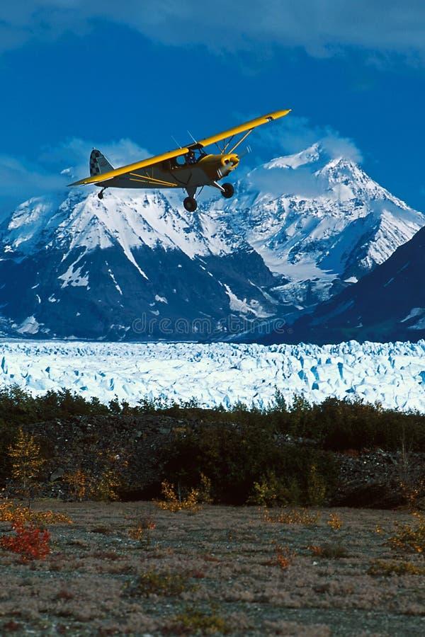 Aterrizaje del avión de Alaska arbusto en la tira de la tabla de Picknick del glaciar de Knik, fotografía de archivo