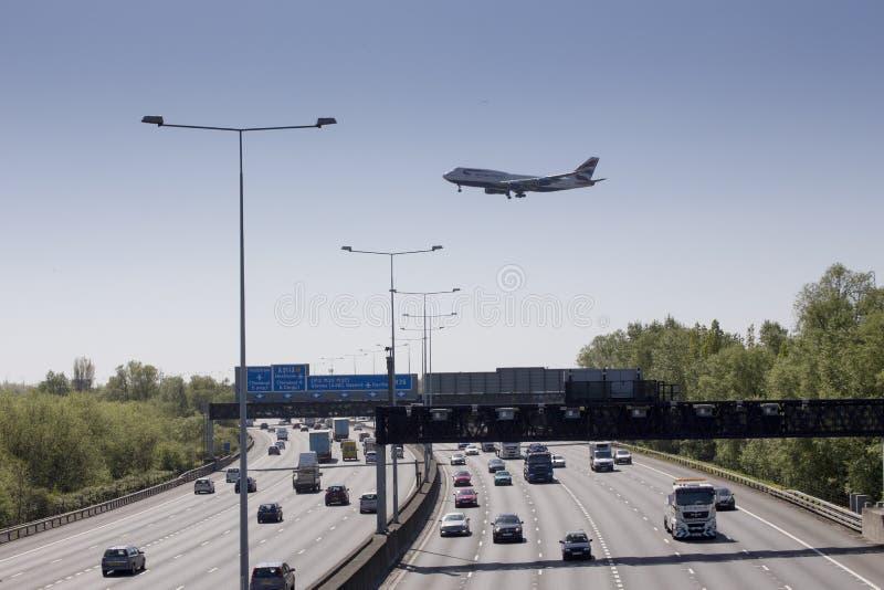 Aterrizaje del avión de British Airways en la travesía de Heathrow foto de archivo