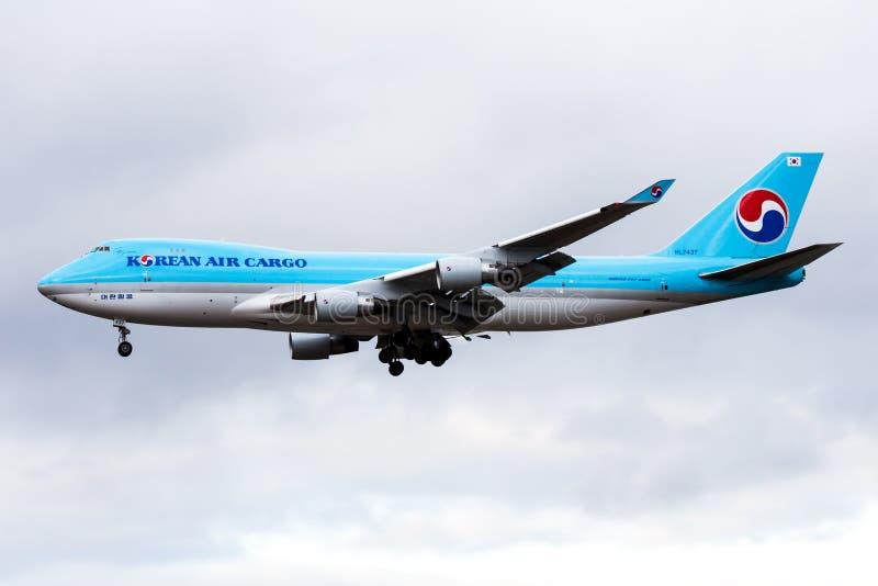 Aterrizaje del avión de carga HL7437 de Boeing 747-400 del cargo de Korean Air en el aeropuerto de Francfort fotos de archivo libres de regalías