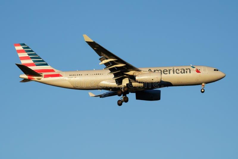 Aterrizaje del avión de pasajeros de American Airlines Airbus A330-200 N293AY en el aeropuerto de Madrid Barajas foto de archivo