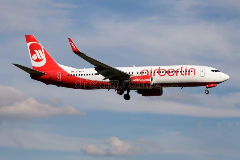 Aterrizaje del avión de pasajeros de Berlin Boeing 737-800 D-ABKJ del aire en el aeropuerto de Hamburgo imágenes de archivo libres de regalías