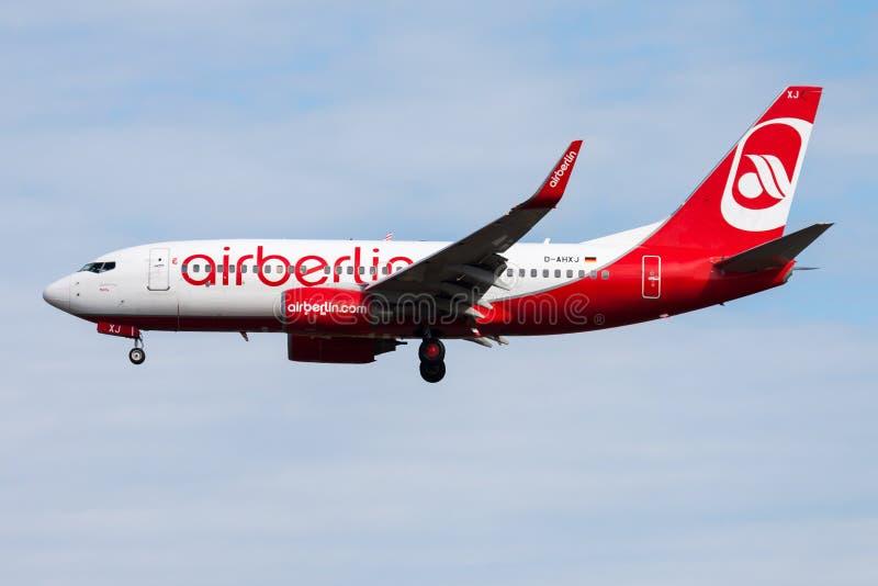 Aterrizaje del avión de pasajeros de Berlin Boeing 737-700 D-AHXJ del aire en el aeropuerto de Francfort imagen de archivo