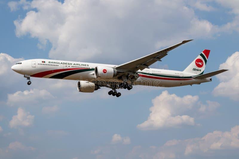 Aterrizaje del avión de pasajeros de Biman Bangladesh Airlines Boeing 777-300ER S2-AFP en el aeropuerto de Londres Heathrow foto de archivo libre de regalías