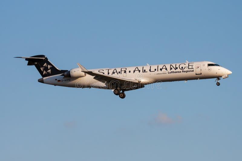Aterrizaje del avión de pasajeros del bombardero CRJ-700 D-ACPQ de Star Alliance Lufthansa en el aeropuerto de Francfort fotos de archivo
