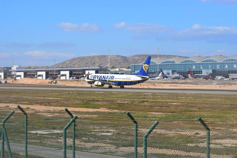 Aterrizaje del avión de pasajeros del día de fiesta de Ryanair en el aeropuerto de Alicante fotografía de archivo