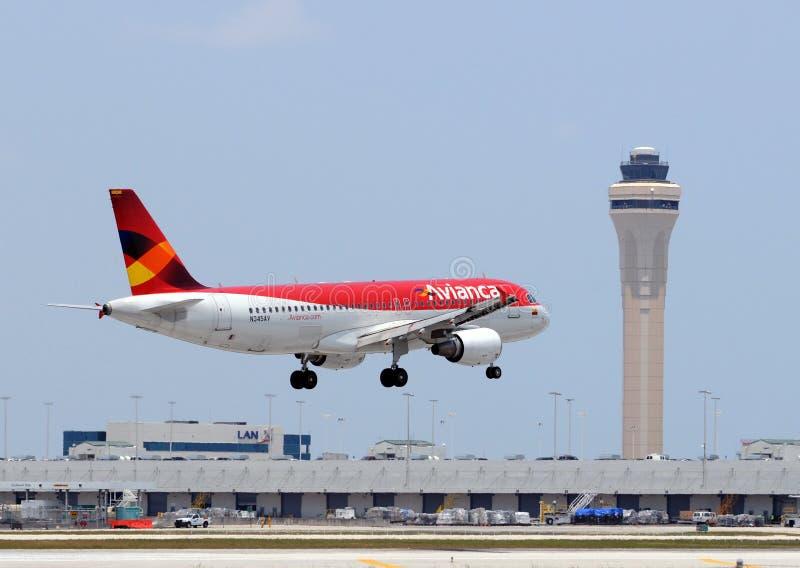 Aterrizaje del avión de pasajeros de Avianca en Miami foto de archivo
