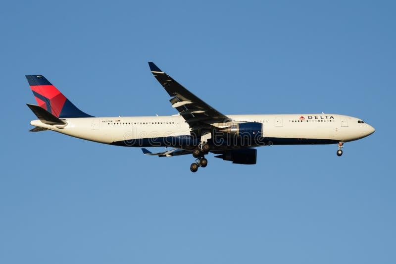 Aterrizaje del avión de pasajeros de Delta Airlines Airbus A330-300 N822NW en el aeropuerto de Madrid Barajas foto de archivo libre de regalías